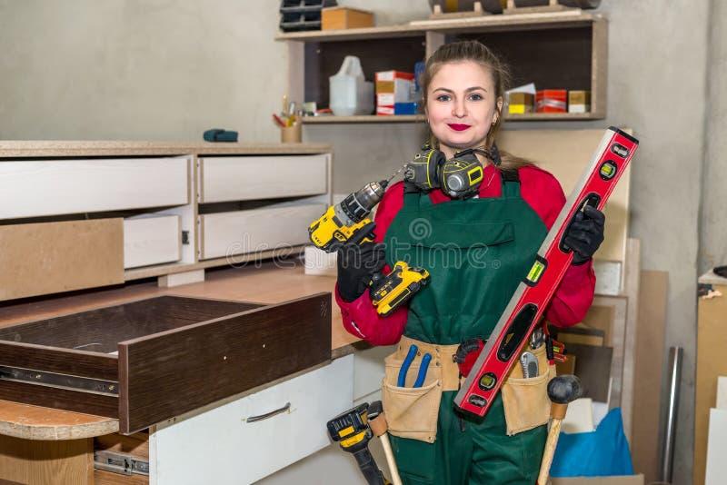 Carpentiere della donna con differenti strumenti fotografia stock