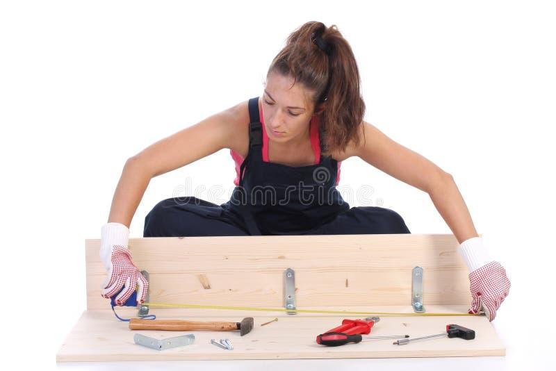Carpentiere della donna sul lavoro immagine stock libera da diritti