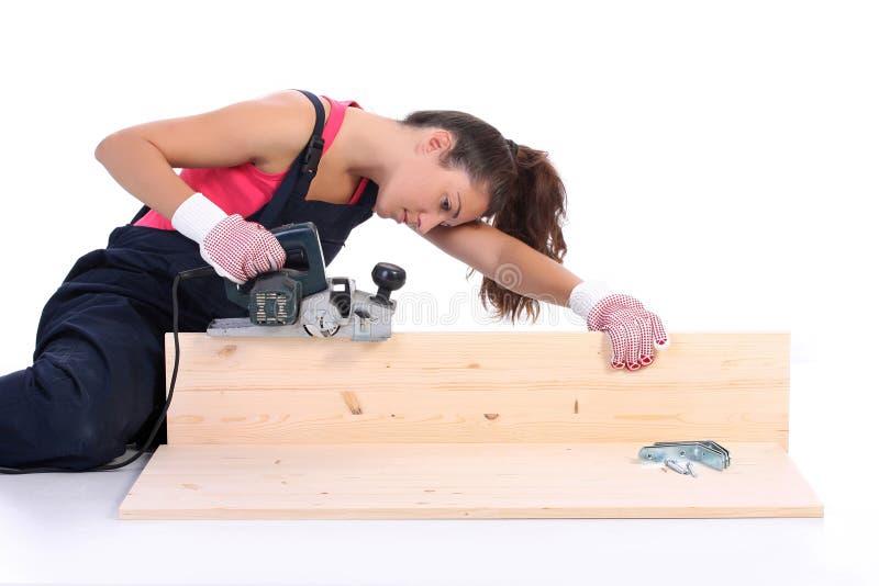 Carpentiere della donna sul lavoro immagini stock