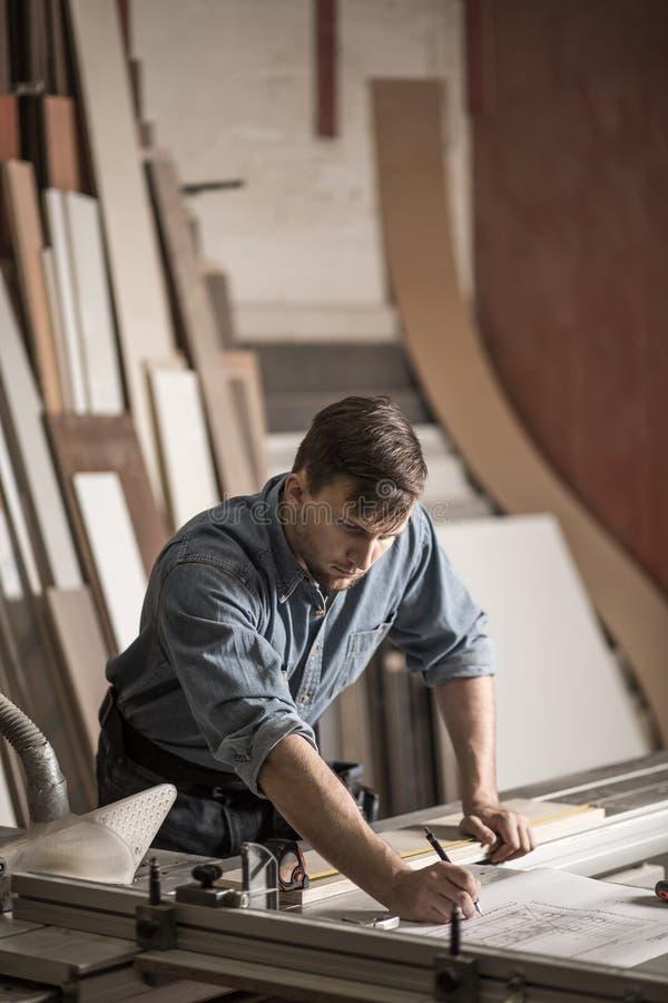 In carpentiere esperto che lavora con la precisione fotografia stock