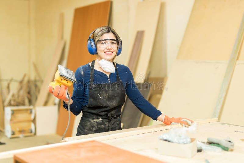 Carpentiere femminile ispano grazioso fotografia stock libera da diritti
