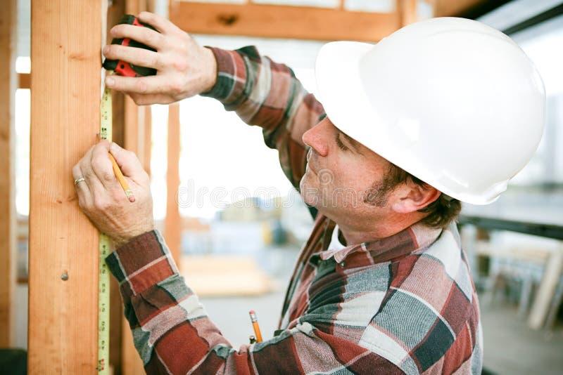 Carpentiere Uses Measuring Tape immagine stock libera da diritti
