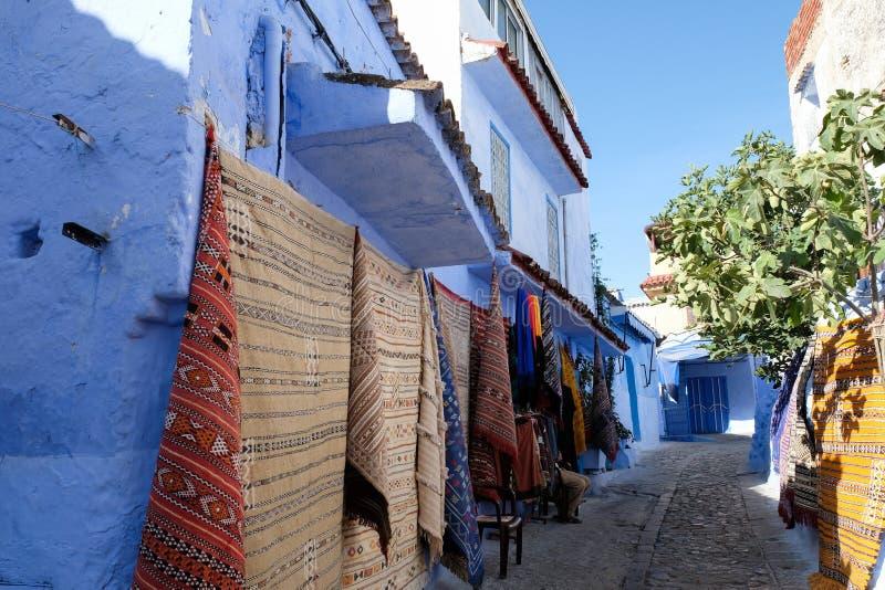 Carpet straatwinkel in Chefchaouen, Marokko stock foto