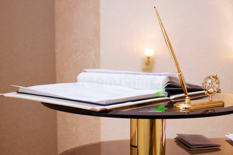 Carpeta con los documentos en el libro de familia de firma, primer de los materiales de escritura imagenes de archivo