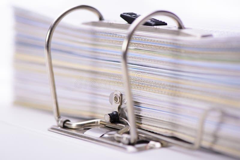 Carpeta de archivos con la pila de documentos fotografía de archivo