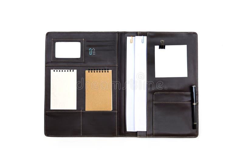 Carpeta de cuero negra con el papel de nota aislado imagen de archivo