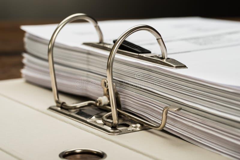 Carpeta de fichero con los documentos fotos de archivo libres de regalías