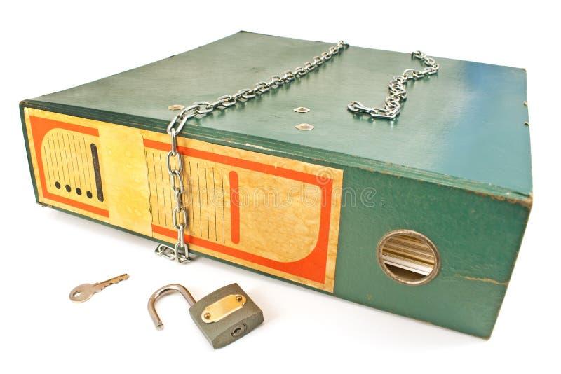 Carpeta vieja de la oficina con el candado desbloqueado y cadena aislada imagen de archivo libre de regalías