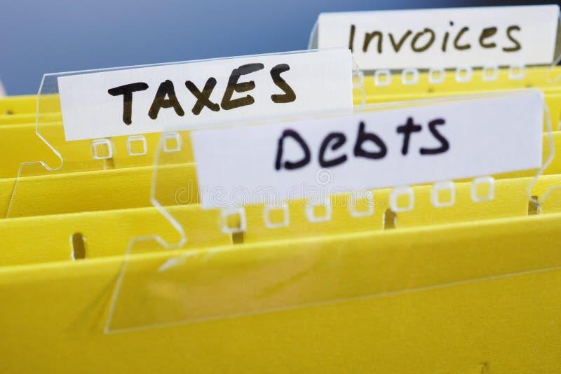 Carpetas amarillas con impuestos y otros del título Concepto de estadísticas fotografía de archivo