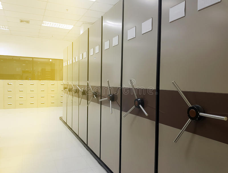 Carpetas de archivos en un cabinete de archivo fotos de archivo libres de regalías