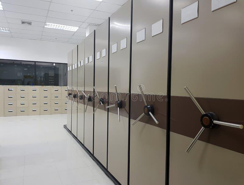 Carpetas de archivos en un cabinete de archivo imágenes de archivo libres de regalías