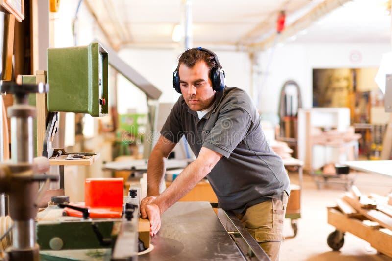 Carpinteiro com cortador elétrico fotografia de stock