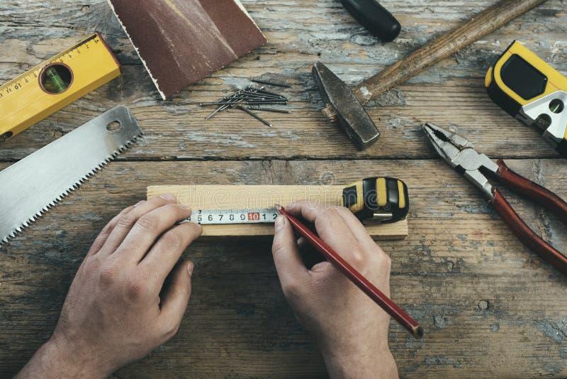 Carpinteiro com suas ferramentas foto de stock
