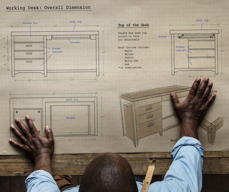 Carpinteiro com um plano de desenvolvimento da mobília imagens de stock