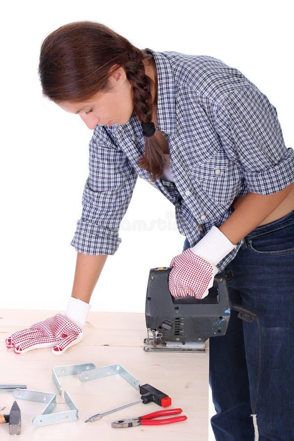 Carpinteiro da mulher no trabalho fotografia de stock