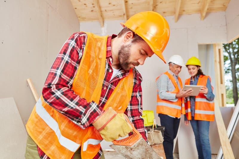 Carpinteiro especializado Working com madeira imagem de stock royalty free