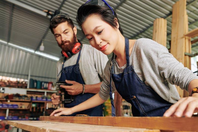 Carpinteiro f?mea Working com madeira imagens de stock