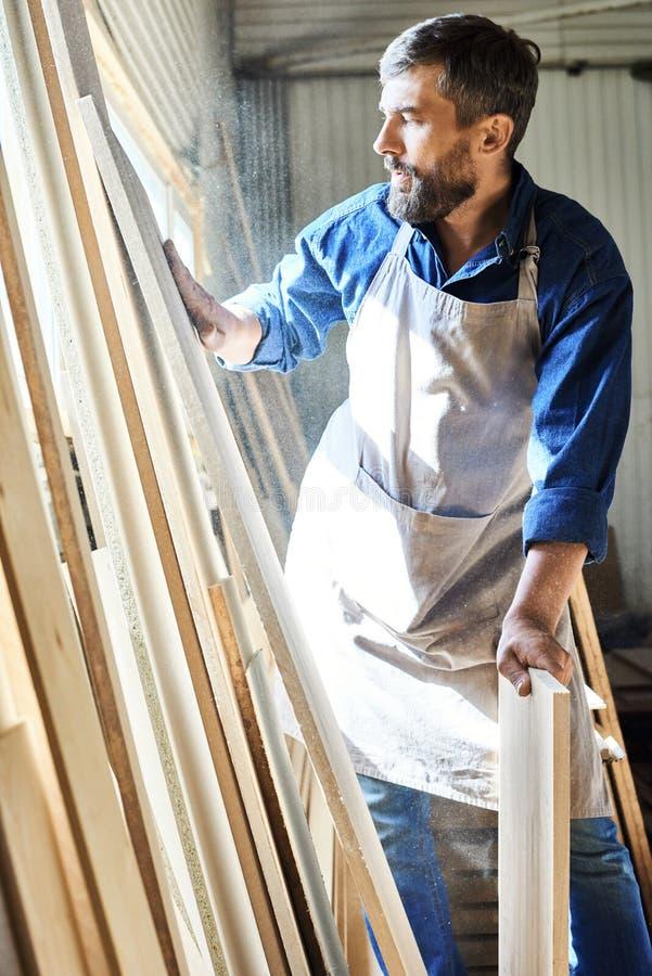 Carpinteiro farpado Wrapped acima no trabalho imagens de stock