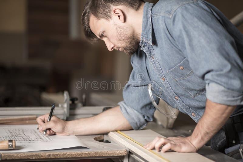 Carpinteiro focalizado no trabalho imagens de stock