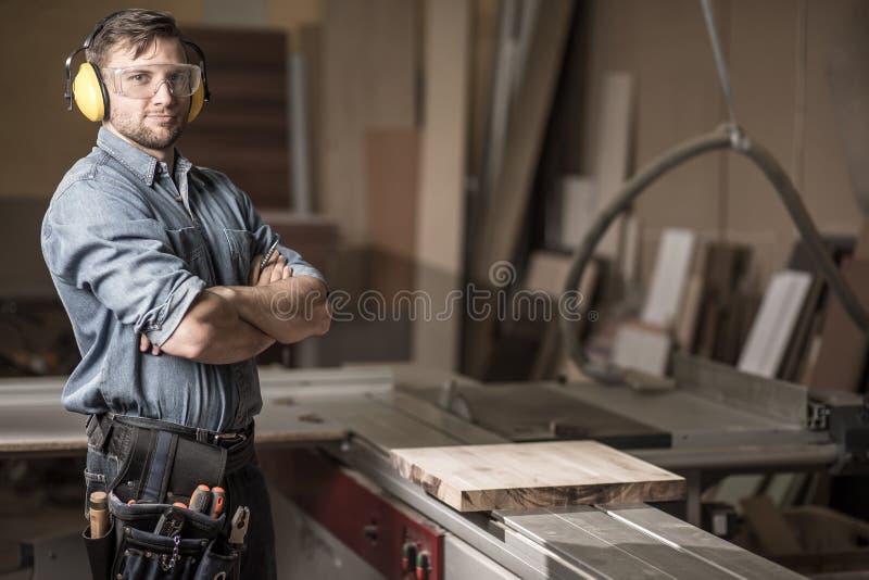 Carpinteiro maduro na oficina foto de stock