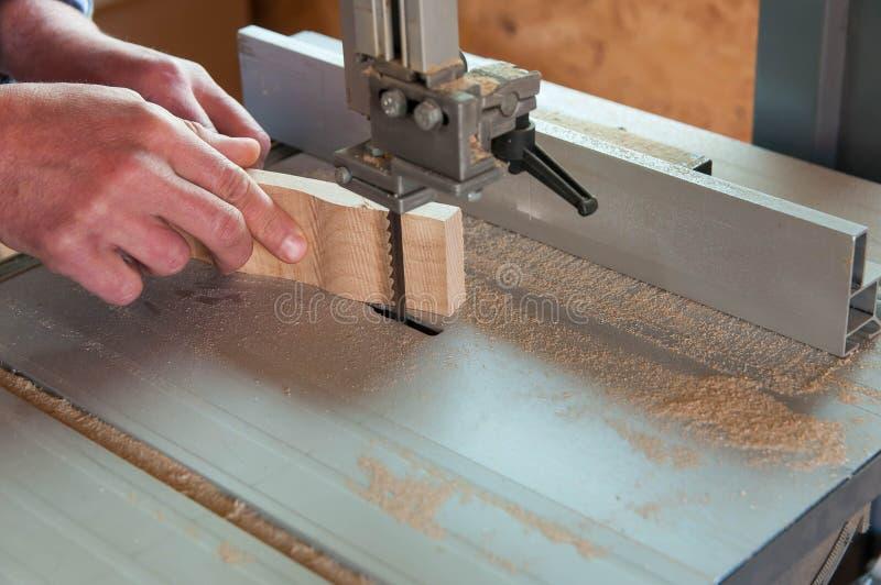 Carpinteiro que corta uma parte curvada de madeira de faia imagens de stock royalty free