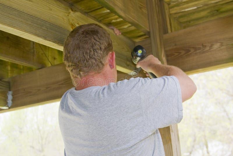 Carpinteiro que fixa a plataforma imagens de stock