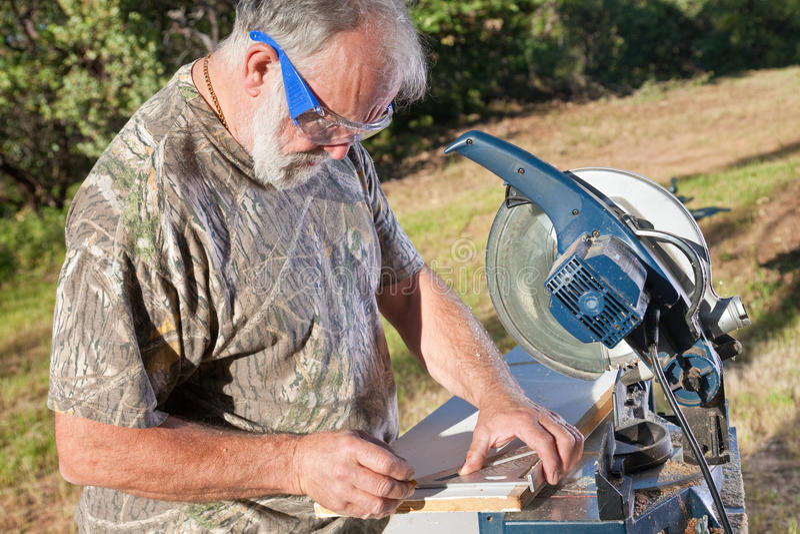Carpinteiro que mede e que marca imagem de stock
