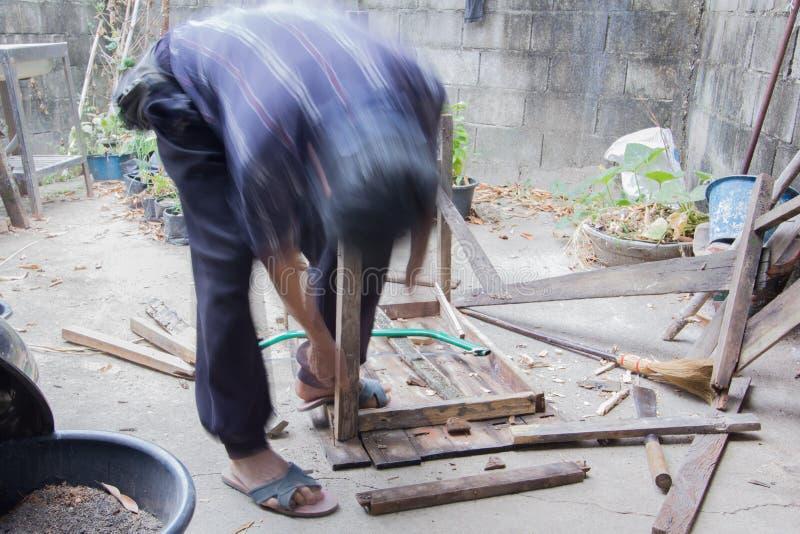 Carpinteiro que repara a tabela de madeira, ao estilo do borrão de movimento foto de stock royalty free