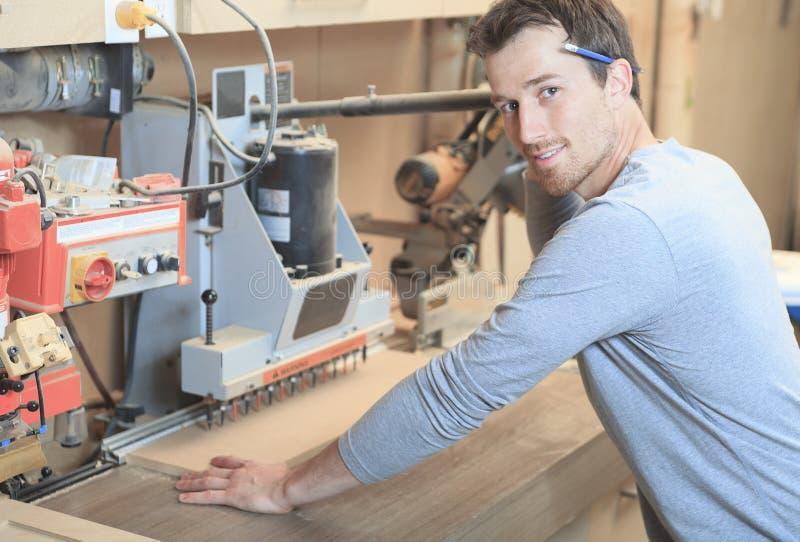Carpinteiro que trabalha duramente na oficina fotografia de stock royalty free