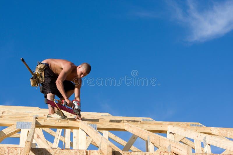 Carpinteiro que usa o injetor do prego fotografia de stock royalty free