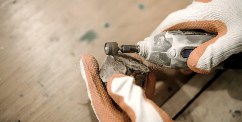 Carpinteiro que usa o moedor bonde da mão fotografia de stock