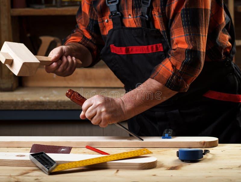 Carpinteiro superior que trabalha em sua oficina foto de stock royalty free