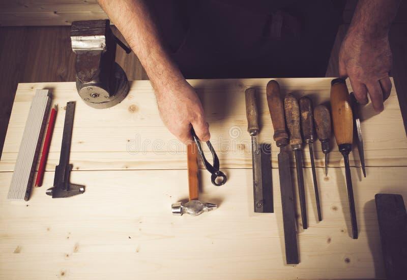 Carpinteiro superior que trabalha em sua oficina imagem de stock