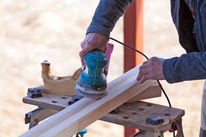 Carpinteiro Working Polishing Machine fotografia de stock royalty free