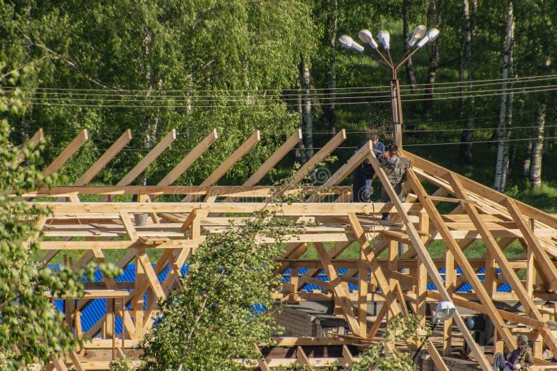 Carpinteiros no telhado foto de stock royalty free