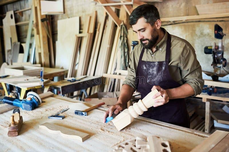 Carpintero barbudo Carving Stair Posts en tienda fotografía de archivo