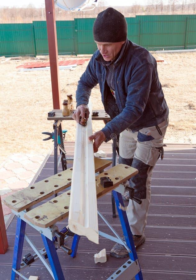 Carpintero con al aire libre plano imagen de archivo libre de regalías