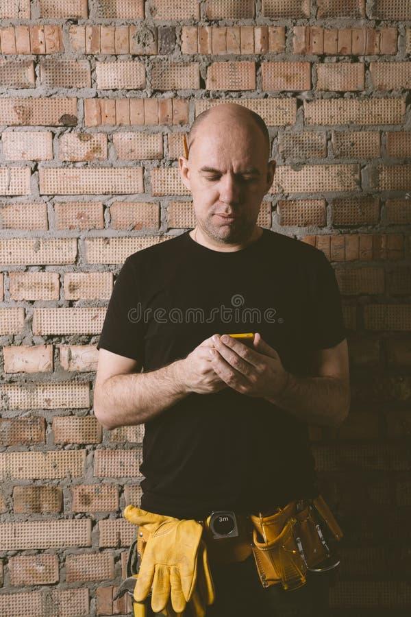 Carpintero con el teléfono celular imágenes de archivo libres de regalías