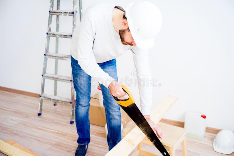 Carpintero con un handsaw imagen de archivo