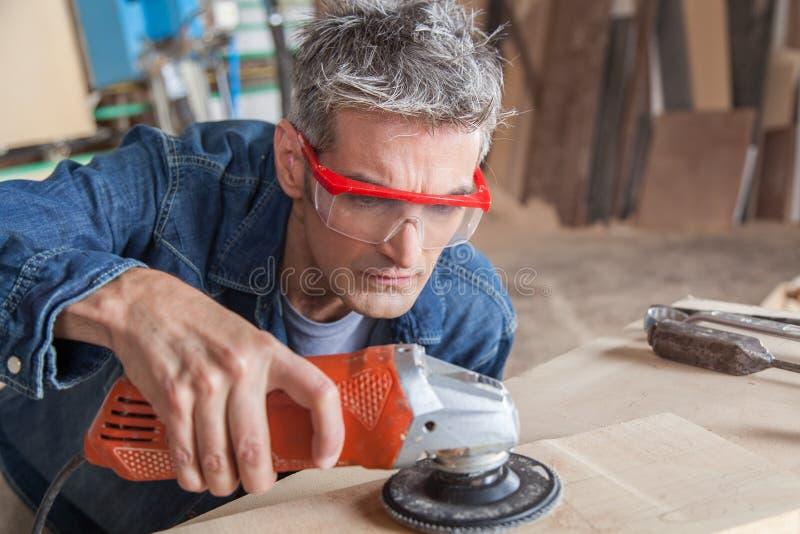 Carpintero con una chorreadora imagen de archivo libre de regalías