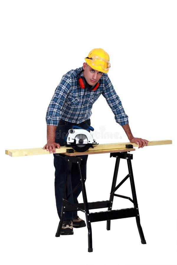 Carpintero con una sierra circular. foto de archivo