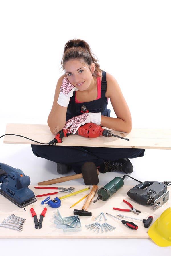 Carpintero de la mujer con las herramientas del trabajo imágenes de archivo libres de regalías