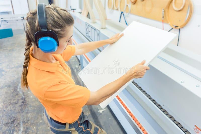 Carpintero de la mujer que trabaja en fábrica de los muebles imagen de archivo libre de regalías