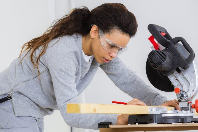 Carpintero de sexo femenino en el trabajo foto de archivo libre de regalías