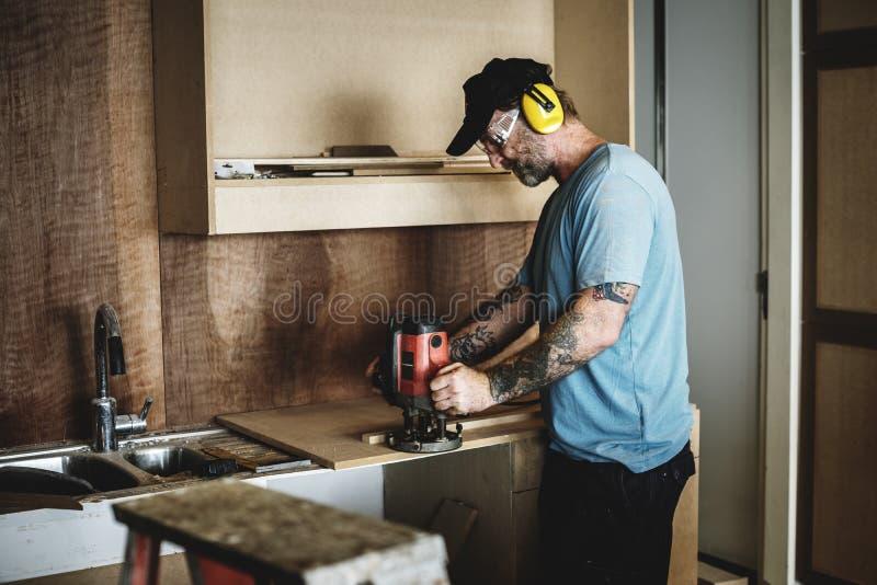 Carpintero del carpintero que trabaja para la renovación de la casa fotografía de archivo libre de regalías
