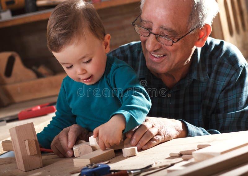 Carpintero mayor y su nieto fotos de archivo libres de regalías