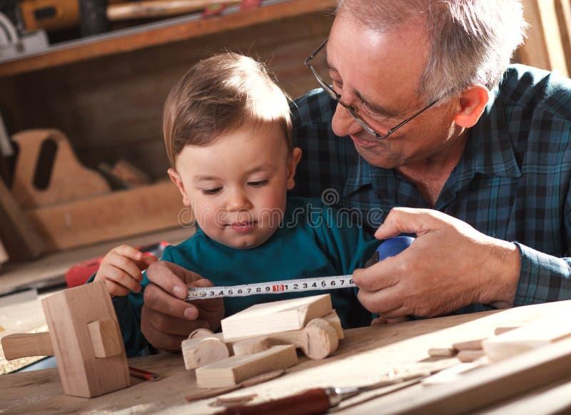 Carpintero mayor y su nieto fotografía de archivo