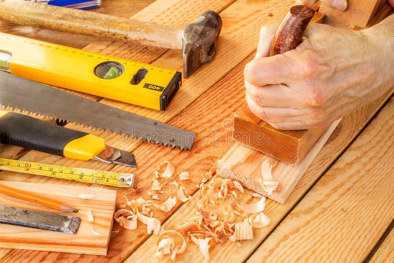 Carpintero o carpintero mayor que hace carpintería foto de archivo libre de regalías