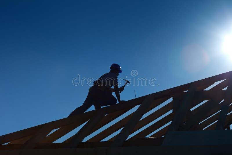Carpintero o carpintero que trabaja encima de la azotea fotos de archivo libres de regalías