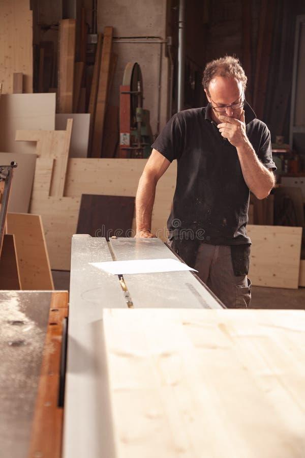 Carpintero o carpintero en su taller foto de archivo libre de regalías